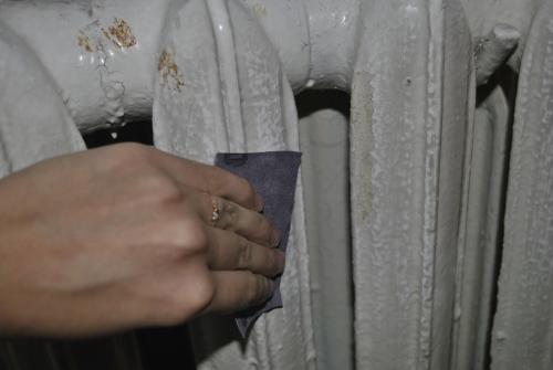 Очистка трубы наждачной бумагой