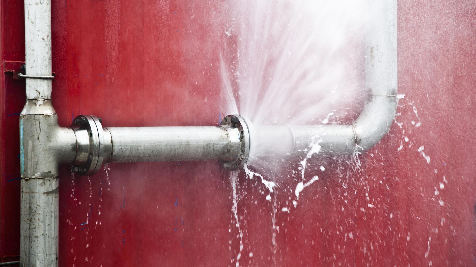 Что делать если течет труба в ванной: способы устранения проблемы