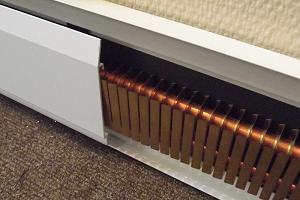 Функционирование теплого плинтуса очень схоже с работой систем теплого пола.