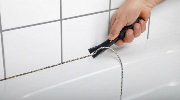 Удаление герметика из шва по краю ванны