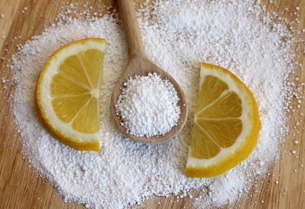 Лимонная кислота и дольки лимона