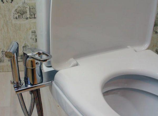 Гигиенический душ, присоединённый к унитазу