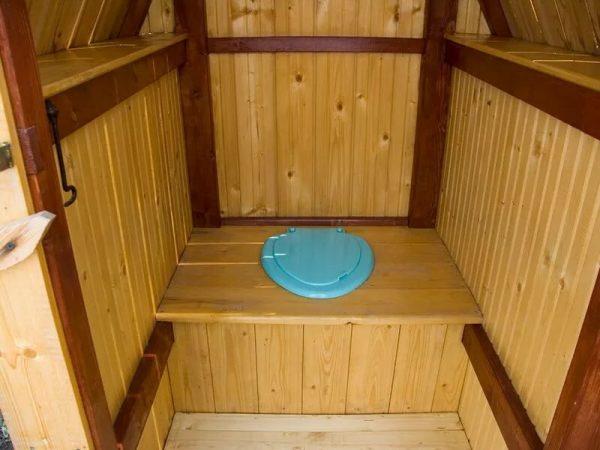 Обычный унитаз, вмонтированный в короб