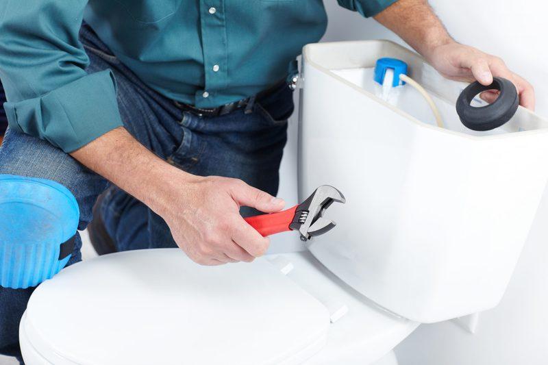 Как снять крышку с бачка унитаза: пошаговая инструкция