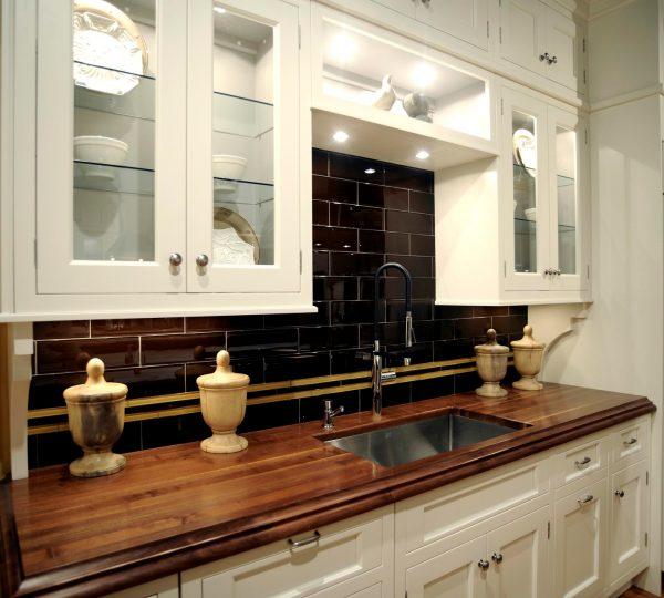 Классическая кухня с деревянной поверхностью