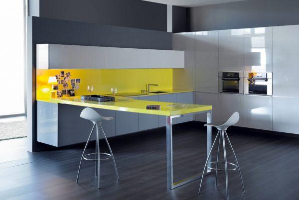 Современная кухня в сером с холодным жёлтым акцентом
