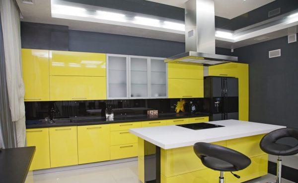 Тёмно-серая кухня с жёлтой мебелью