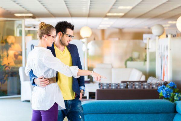 Пара в мебельном магазине