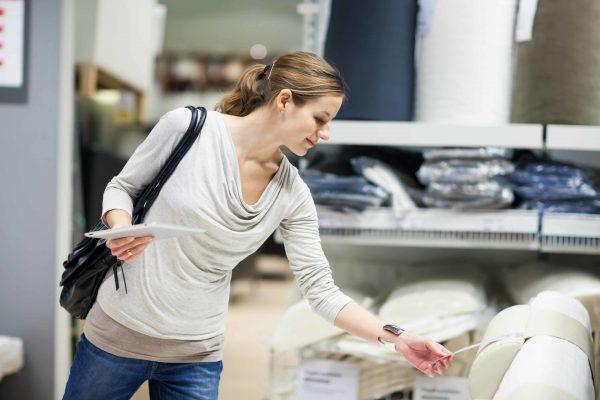 Женщина в мебельном магазине