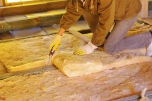 Утепление стекловатой: особенности материала и пошаговая инструкция по работе с ним